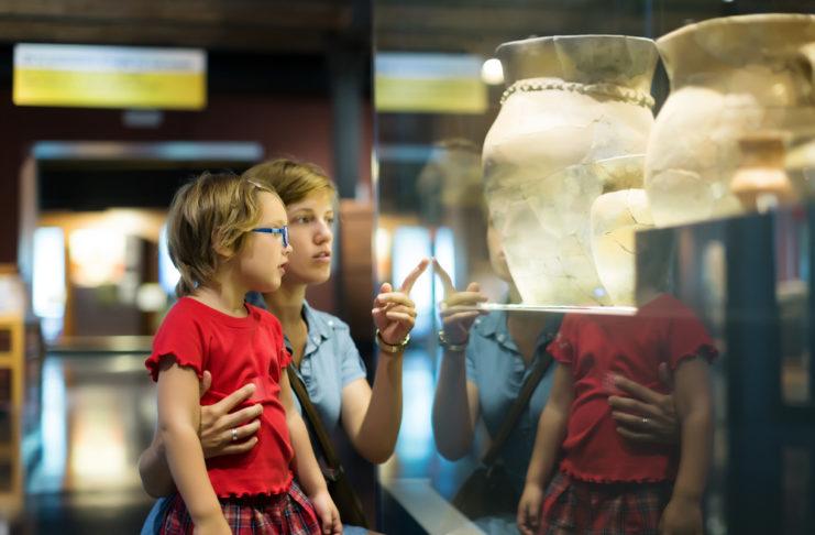 persoane la muzeu